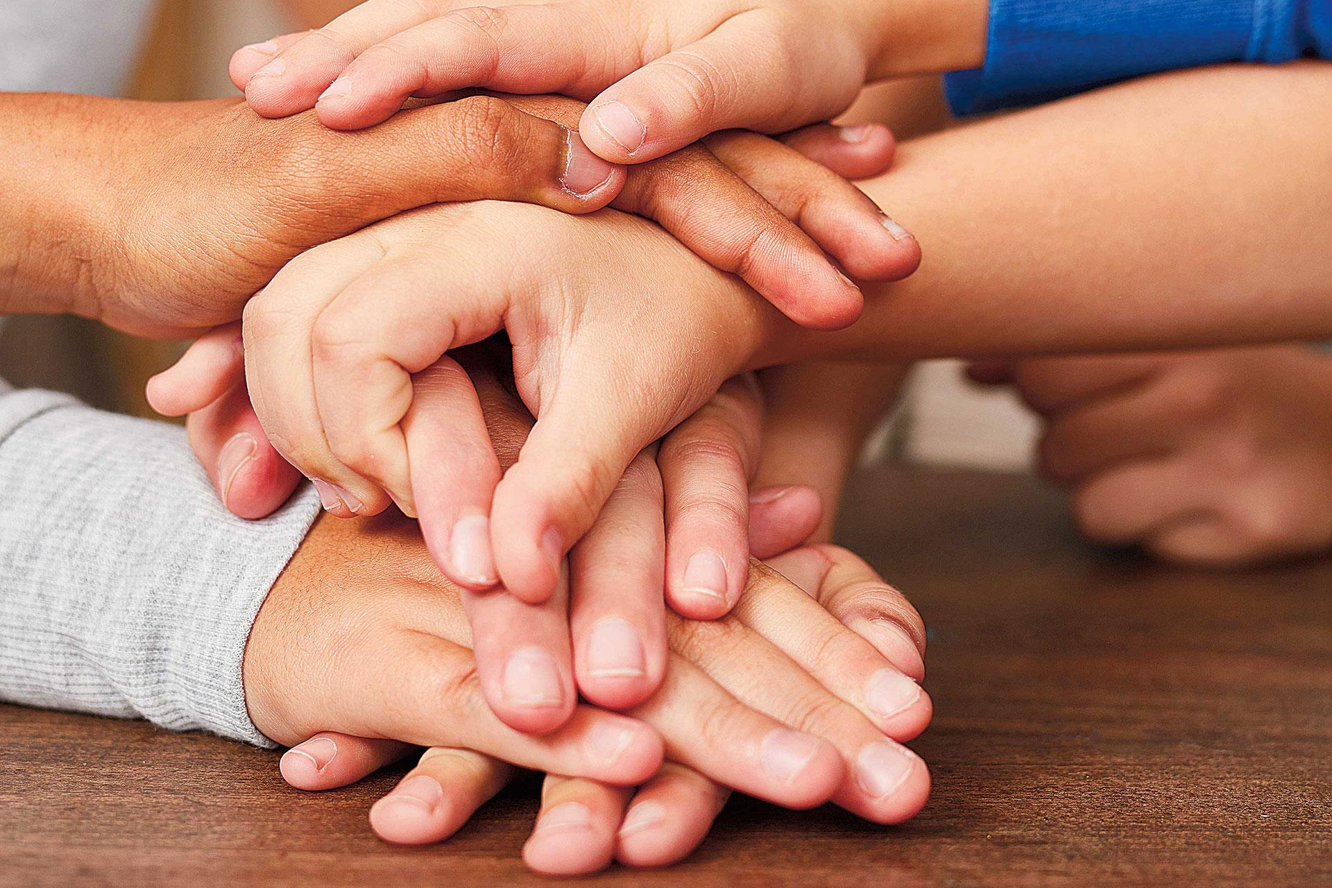 Schüler verschiedener Nationen lernen zusammen